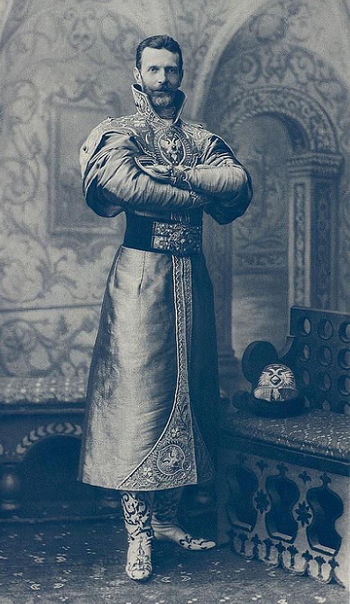 Великий князь Сергей Александрович В одиннадцатом часу вечера все участники перешли танцевать в Концертный зал, где за позолоченной решеткой на подиуме находился придворный оркестр в костюмах трубачей царя Алексея Михайловича.