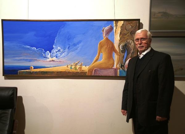 Виктор Федорович Орловский у своей картины в Центральном Доме Архитектора