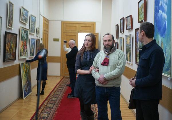 Участники выставки скульптор Александр Рябичев, Даниэла Рябичева перед открытием выставки