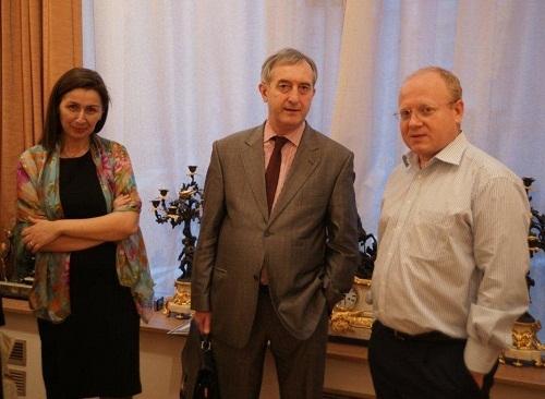 Ольга Стефанцева и Александр Киселев  с гостем вернисажа