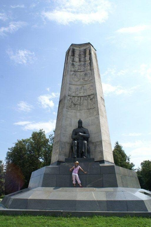 Даниэла Рябичева  у памятника дедушки во Владимире, 2006 г.