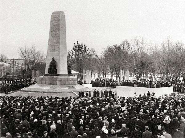 Скульптор  Дмитрий Борисович Рябичев Открытие памятника во Владимире, 1958г.