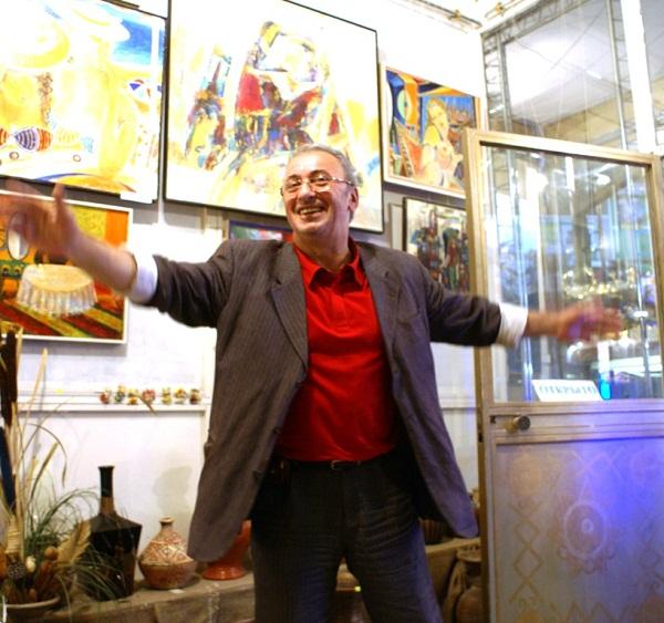 Художник  Зураб Пачулия в своей галерее на ВВЦ лето, 2009 г.