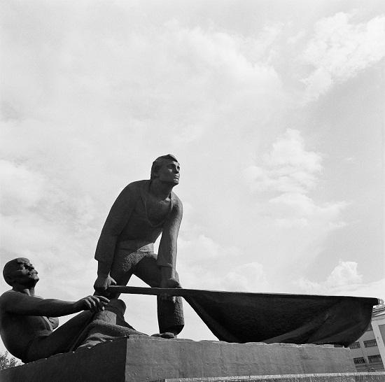 Памятник Первым Советам -- борцам революции в Иванове. Архитектор Е.И.Кутырев бронза, гранит, 1975 г.