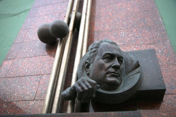 Скульптор Александр Рябичев,  монументальная композиция, посвященная Л.А. Костандову