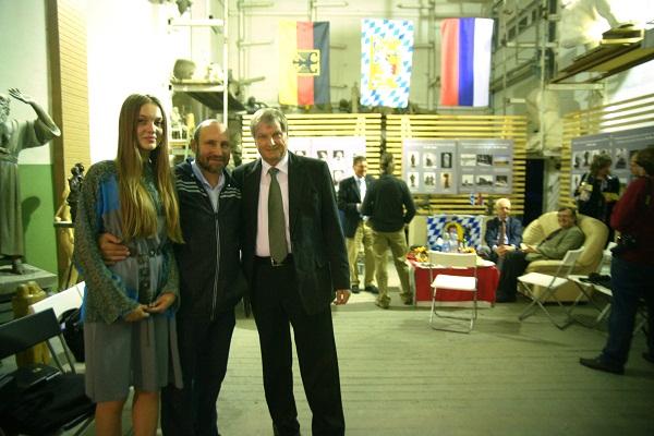 Скульптор Александр Рябичев с дочерью Даниэлой и коллегой из Баварии Кристианом Хольтцем.