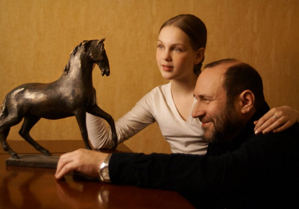 Скульптор Александр Рябичев с дочерью Даниэлой, 2007 г.