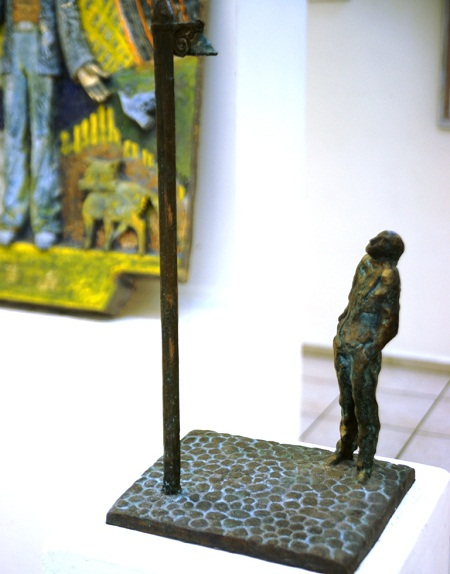 """Скульптор Александр Рябичев.  Композиция """" Одиночество. Иосиф Бродский.""""  Выставка  """"Живопись в ритме джаза""""."""