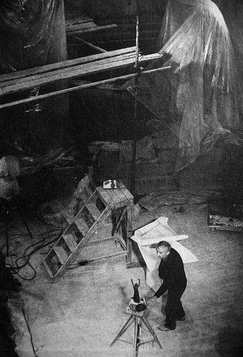 Скульптор Дмитрий Борисович Рябичев в мастерской 80-ые годы.