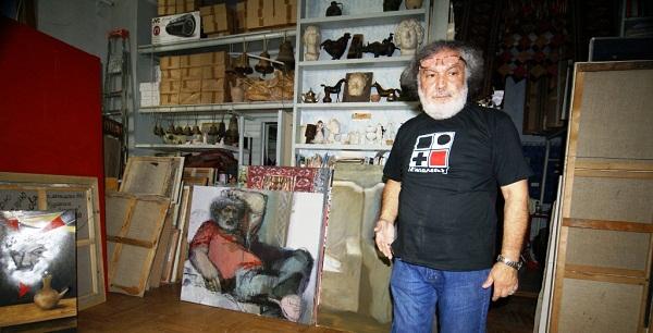 Художник  Аннамухамед Зарипов в своей мастерской,  2010 г.