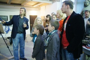 """Геннадий Немых на одной из своих выставок проекта """"Микродача"""" в Творческой Мастерской Рябичевых"""