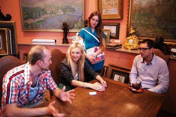 """В галерее  """"Даев-33""""  Дочки Рябичевых  София и Даниэла с друзьями  май, 2010 г."""