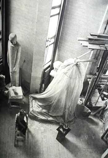 Скульптор   Дмитрий Борисович Рябичев  в своей мастерской (1980-ый год)