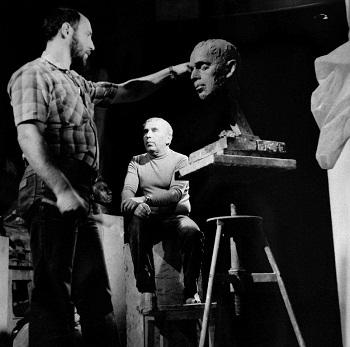 Скульптор  Александр Рябичев  работает над портретом отца Дмитрия Борисовича Рябичева, лето, 1981 год.