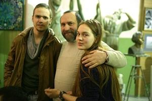 Скульптор  Александр Рябичев  с дочерью Даниэлой  и художником Станиславом Воронковым