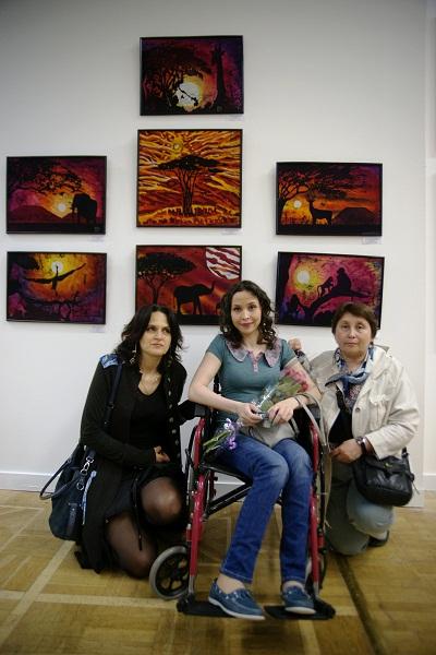 Художник Ирина Богомолова  в окружении близких на выставке в ЦДХ