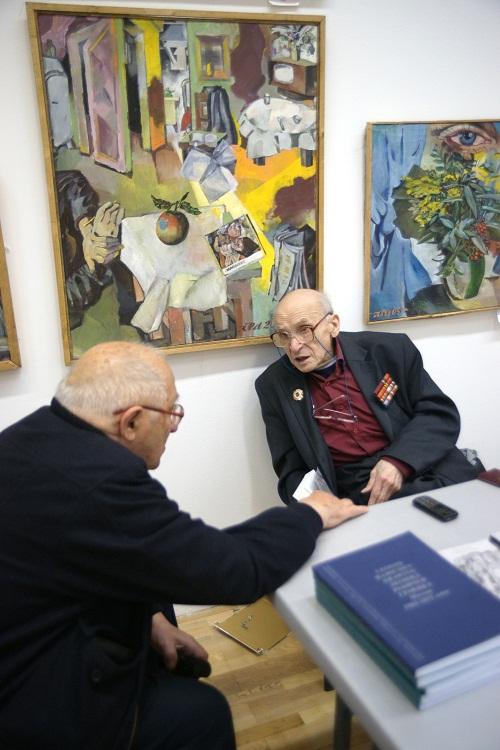 Художник  Леонид Николаевич Рабичев  на своей выставке в ЦДХ