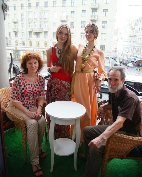 Борис Александрович Загряжский с женой Еленой (слева) с сестрами Софией Загряжской и Даниэлой Рябичевой