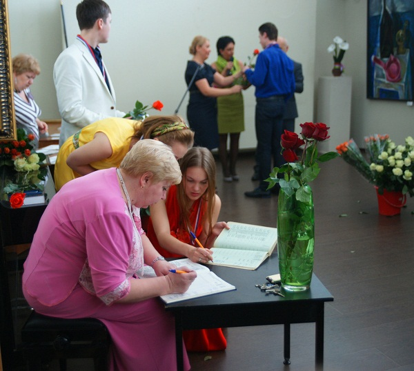 При получении аттестата каждый выпускник расписывается в книге учета и записи выданных аттестатов