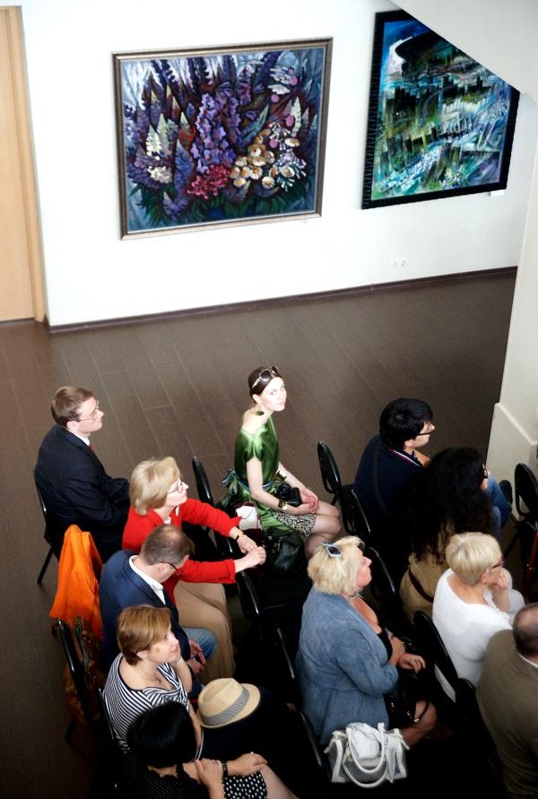 Педагоги, родители и друзья выпускников в Актовом Зале на Церемонии вручения аттестатов
