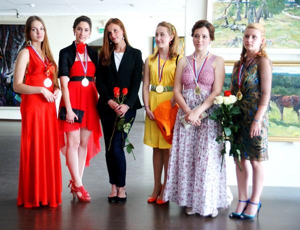 Фотография на память МАХЛ РАХ выпускники 2013 г.  с преподавателем  Александрой Сергеевной Семеновой (в центре)