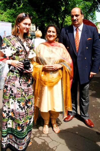 Посол Индии в РФ Аджай Малхотра с супругой  слева автор репортажа София Загряжская