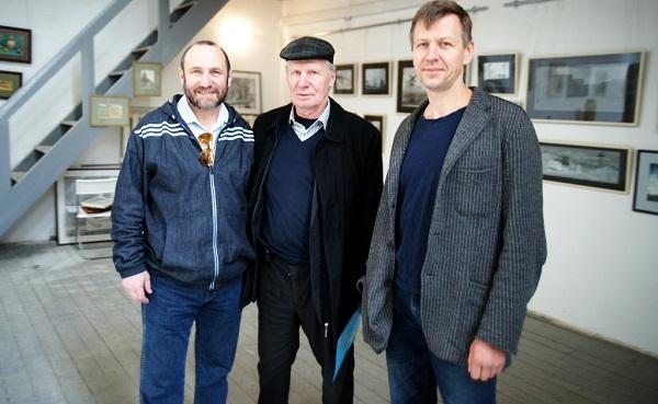 Скульпторы Александр Рябичев и Степан Мокроусов со своим учителем Александром Николаевичем  Бургановым.