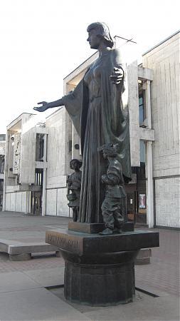 Памятник  у детского музыкального  театра  имени Натальи Ильиничны Сац