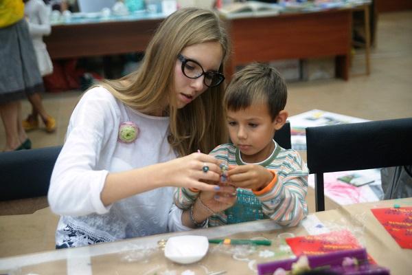 Мастер-классы включили занятия  в самых разных техниках -- рисунок, лепка, панно из бисера, аппликация. Все своими руками 1 сентября, 2013 г. Музей Москвы