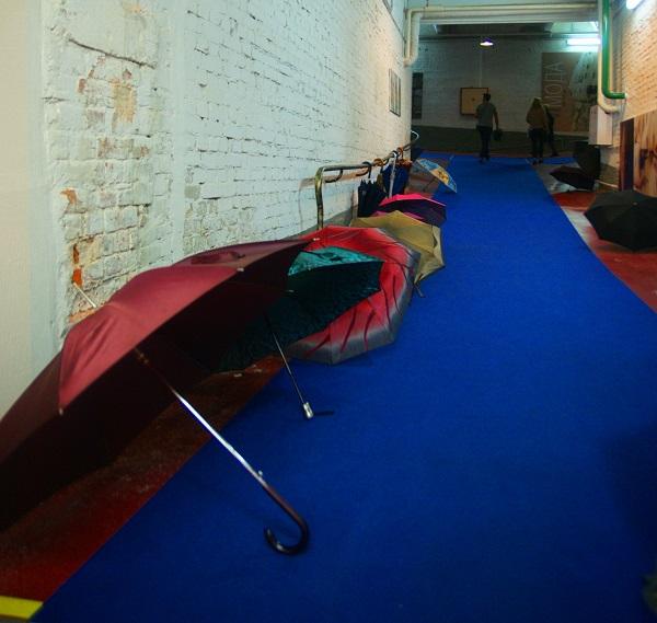1 сентября 2013 г. В Москве дождь В холле Музея Москвы сложены раскрытые зонтики