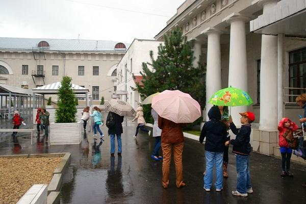 Главное спасение от непогоды -- в зонтиках и в хорошем настроении.