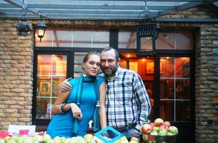 Скульптор Александр Рябичев с дочерью Даниэлой в мастерской Рябичевых, сентябрь, 2013 г.