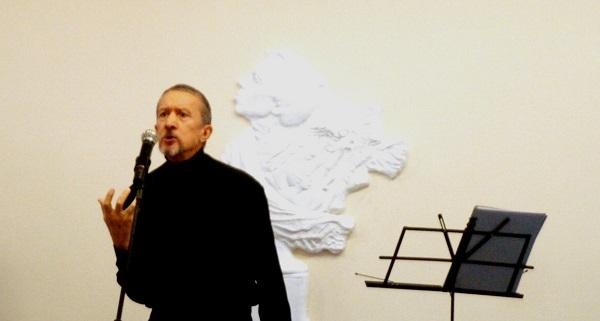 Библиотека  имени Андрея Вознесенского Михаил Поздняков читает стихи поэта