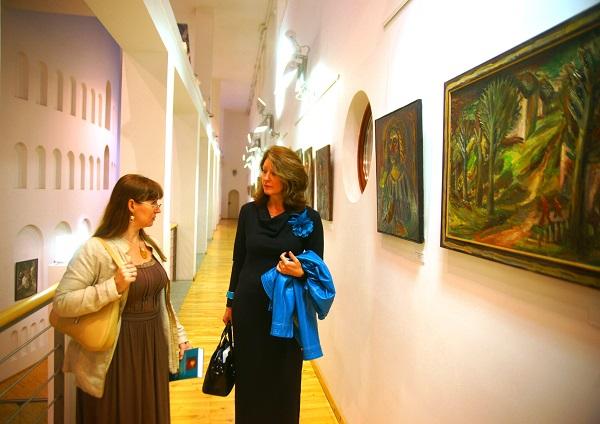 Выставка Юрия Петкевича. Светлана Конюхова (справа) и Евгения Браганцева.