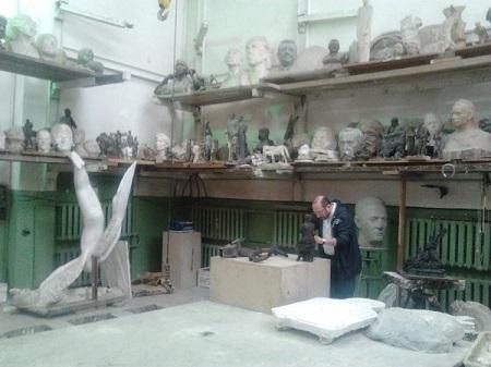 Скульптор  Александр Рябичев в своей мастерской  лето, 2012 г.