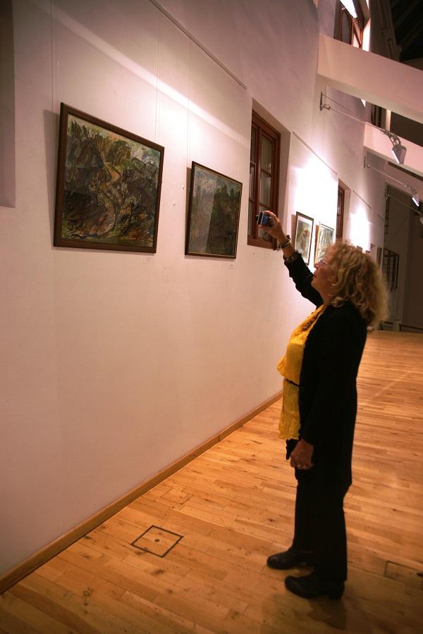 Художник  Ирина Покладова на выставке  Юрия Петкевича в Театре  Школа драматического искусства
