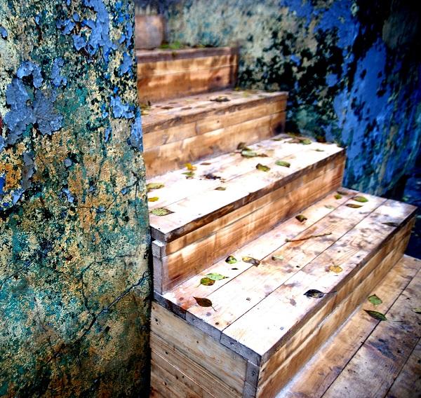 """Лестница, ведущая к инсталляции  """"Медиапортал""""  Марины Звягинцевой фото: А.Загряжская"""