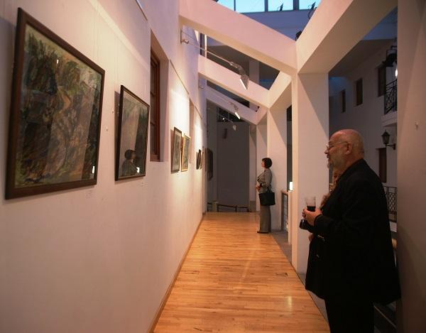 Журналист  Лев Алабин  на выставке  Юрия Петкевича в Театре  Школа драматического искусства