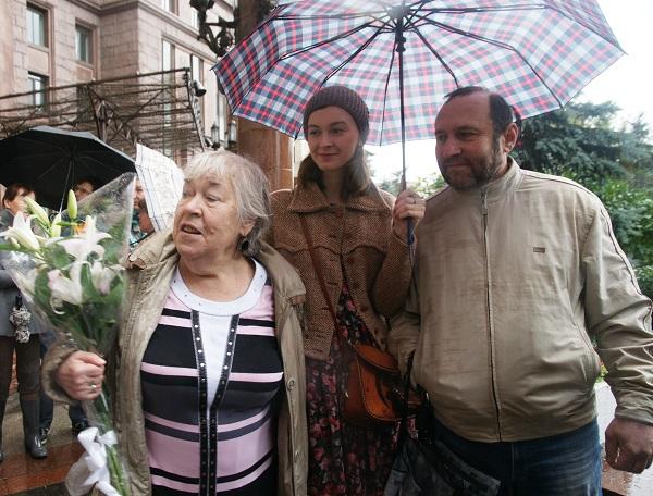 Валентина Александровна Кибальникова с гостями торжественного открытия доски  памяти Александра Кибальникова,  скульптор Александр Рябичев (справа)  с дочерью Софией