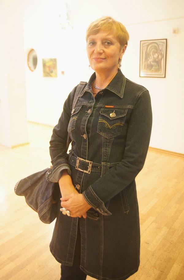 Искусствовед  Ольга Петрова  на выставке  Юрия Петкевича в Театре  Школа драматического искусства