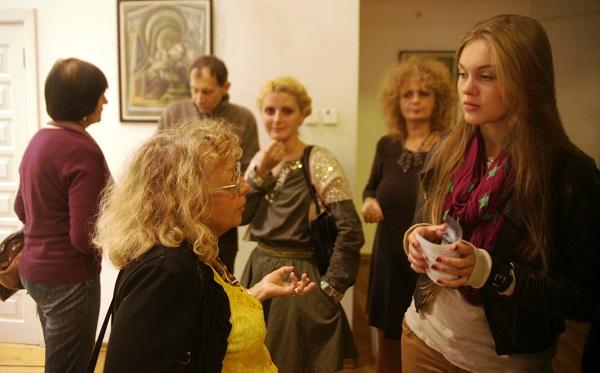 Художник Ирина Покладова и Даниэла Рябичева   на выставке Юрия Петкевича