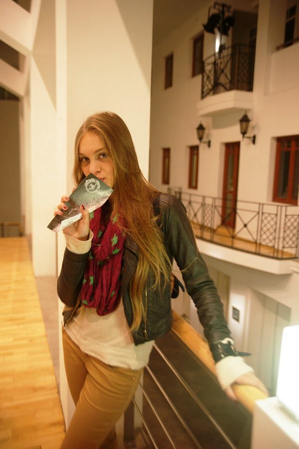 Даниэла Рябичева  на выставке  Юрия Петкевича в Театре  Школа драматического искусства