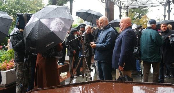 На открытии мемориальной доски  памяти Александра Кибальникова,  авторы Салават Щербаков и Петр Стронский, интервью журналистам,  5 сентября, 2013 г.
