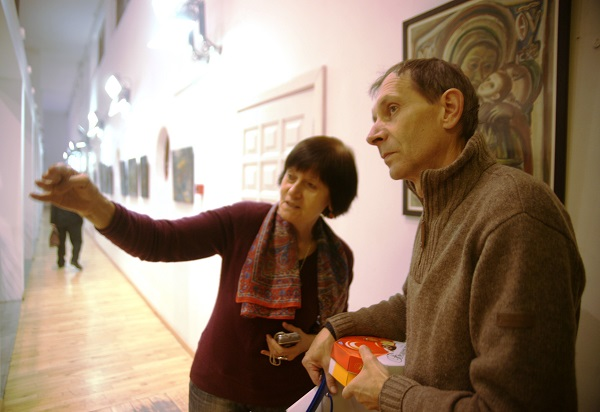 Художник  Юрий Петкевич  с коллегой на своей персональной выставке  в Театре Школа драматического искусства