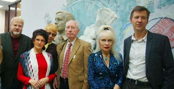 На фоне бронзового бюста поэта скульптор Степан Мокроусов с гостями торжественного открытия  Библиотеки имени Андрея Вознесенского