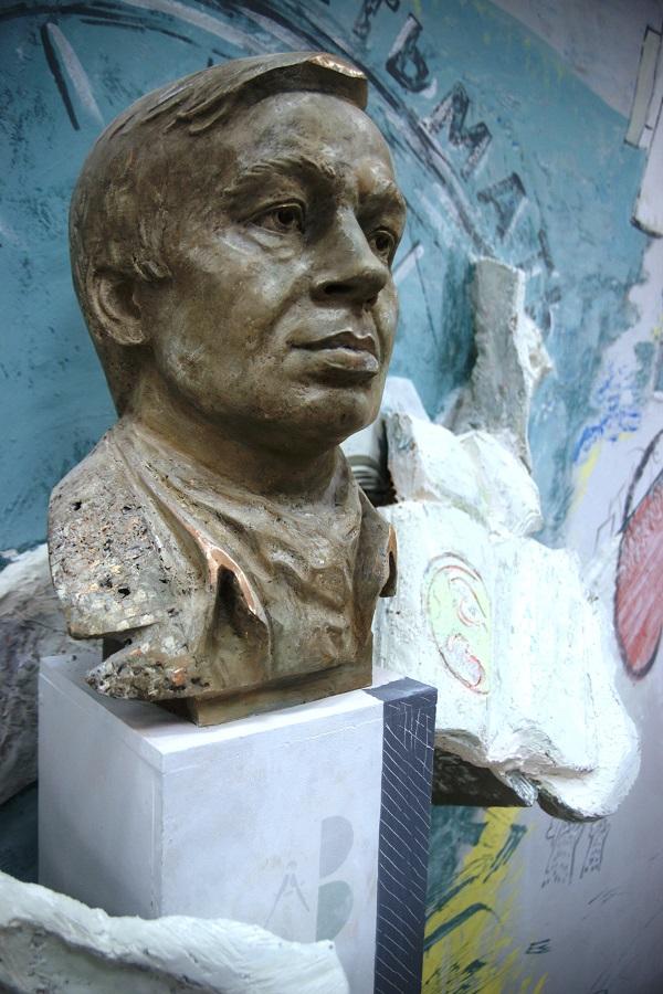 Библиотека  имени Андрея Вознесенского Бронзовый бюст поэта Скульптор  Степан Мокроусов