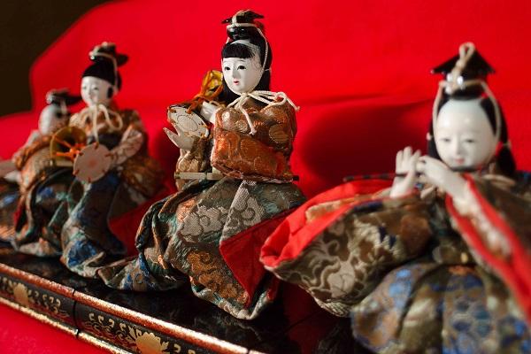 Автор  Йосихиро Сагава  Эта фотография иллюстрирует  День девочек «Хина-мацури», который празднуют 3 марта. В этот день красочно одевают кукол «Хина-нинге» и молятся о здоровье и о благополучном развитии девочек