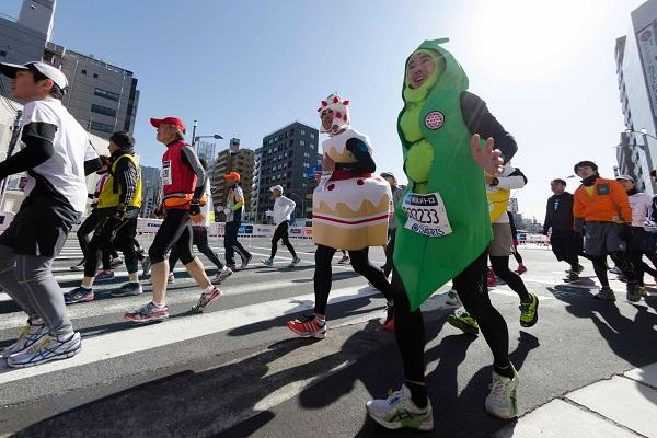 Автор  Йосихиро Сагава  Это «Марафон в Токио», который проводится в феврале. Он самый многочисленный в Японии. Примерно 35 тысяч мужчин и женщин разных возрастов участвуют в соревновании по бегу на улицах Токио. Это и спортсмены –олимпийцы и любители. Состязание длится от примерно 2 часов 10 минут для участников Олимпийских игр до 7 часов для спортсменов-любителей.