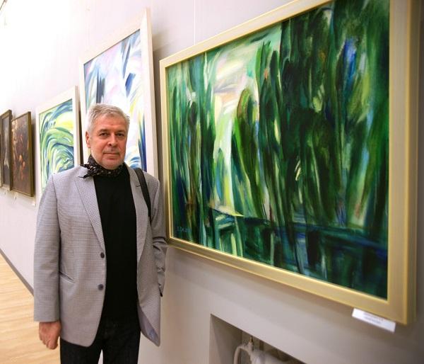 Евгений Анатольевич Окиншевич у своих работ на выставке в Центральном Доме Архитектора