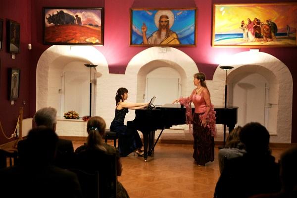 Выступление Томоны Миядзаки и Веры Беловой  в концертном зале  Музея Рериха продюсер  Рейко Сузуки